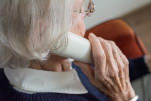 Femme aux cheveux blancs au téléphone